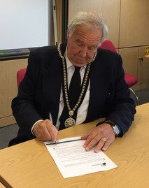 Mayor signing the mayors covenant